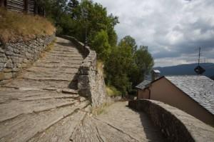La scalinata che dal centro del paese sale al castello