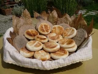 Le tipiche crescentine del Frignano cotte nelle tigelle con la foglia di castagno Foto di Rino Federzoni