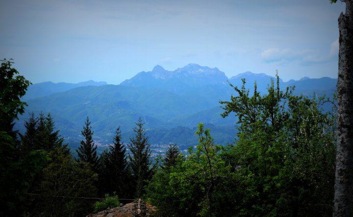 Il panorama sulle Alpi Apuane e sul gruppo delle Panie dalla piazzetta