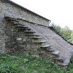 Particolare del tetto a gradoni e copertura in paglia